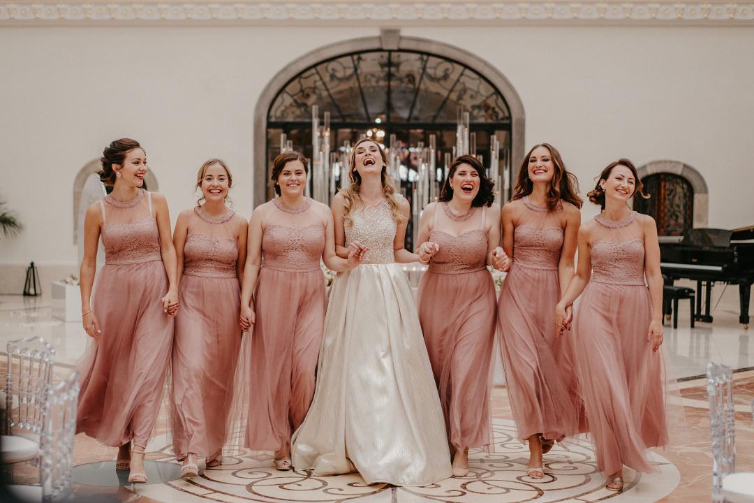 nevesta so šiestimi družičkami v púdrovo ružových šatách v kaštieli.