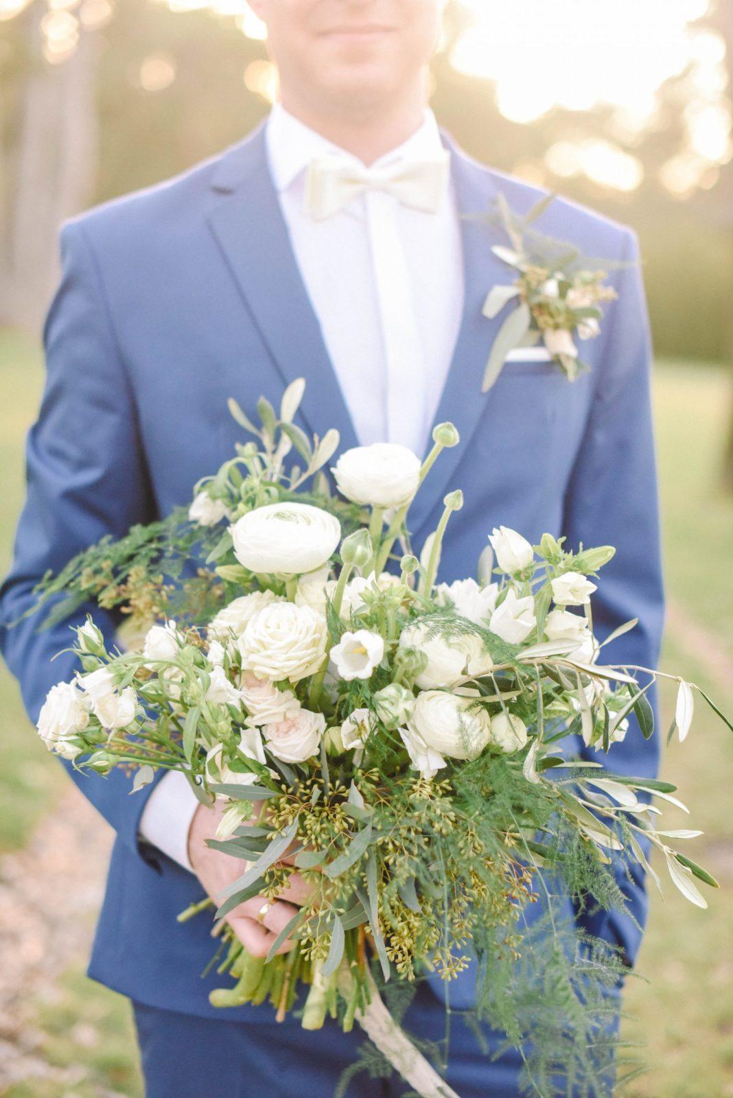 Ženích drží svadobnú kyticu.