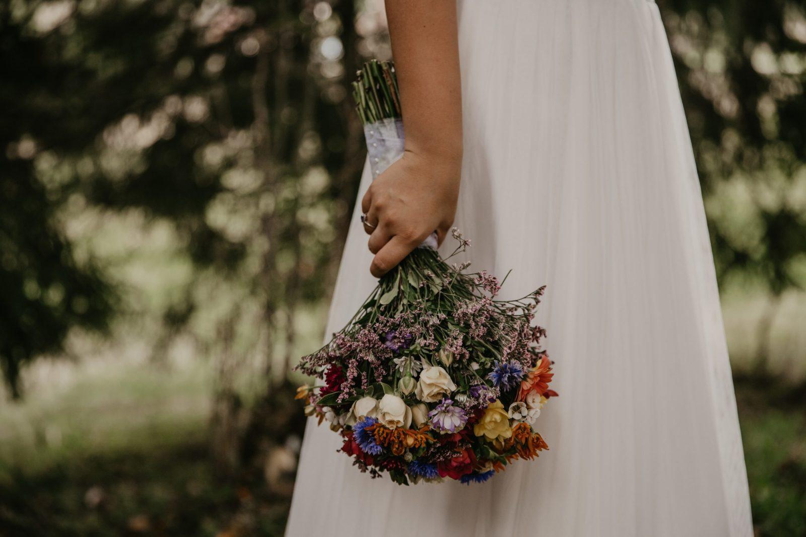 Nevesta drží svadobnú kyticu .