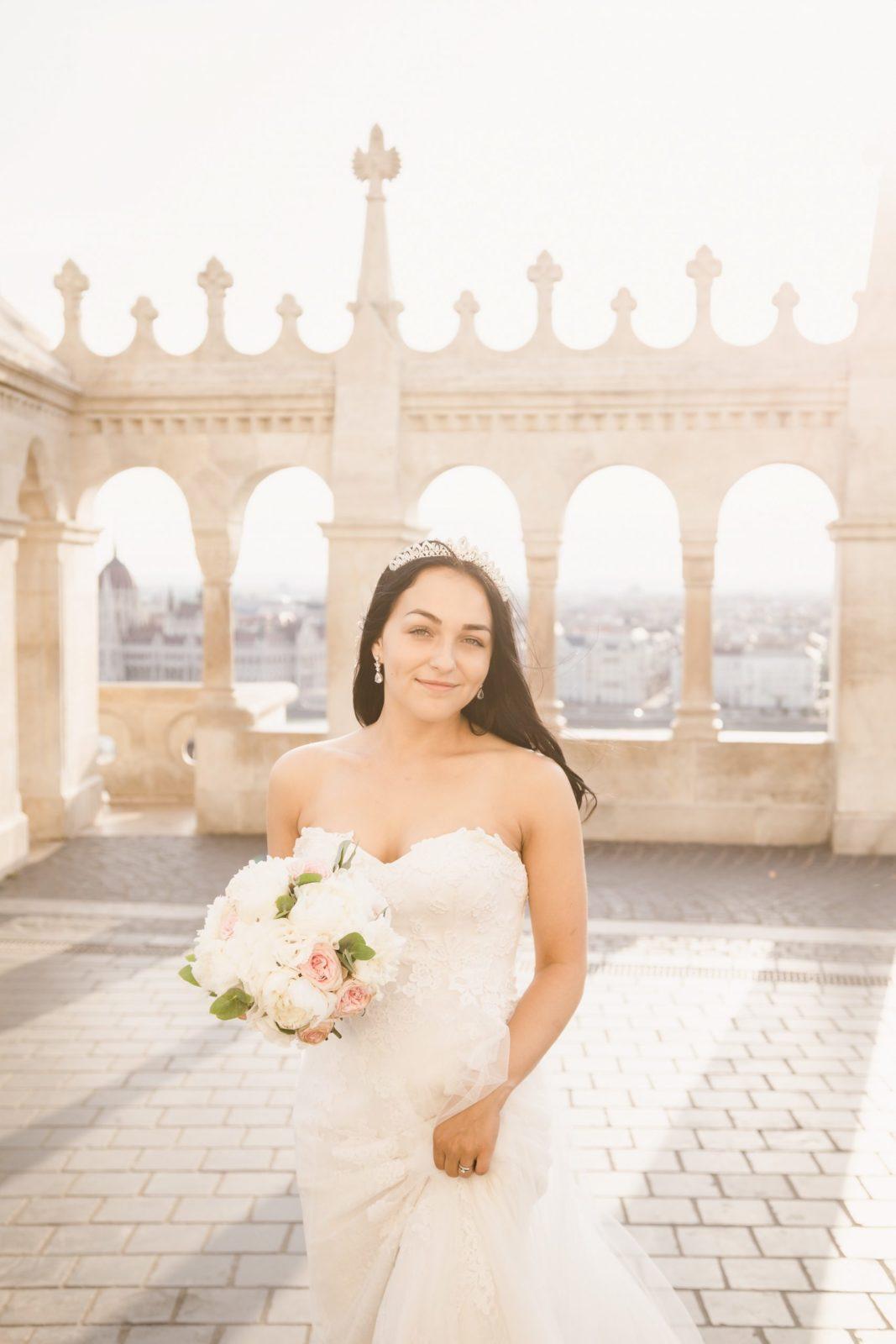 nevesta v svadobných šatách so svadobnou kyticou.