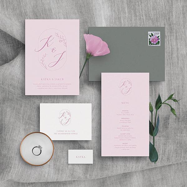 minimalistické svadobné oznámenie v jemnej ružovej farbe s vlastným deskriptívnym logom