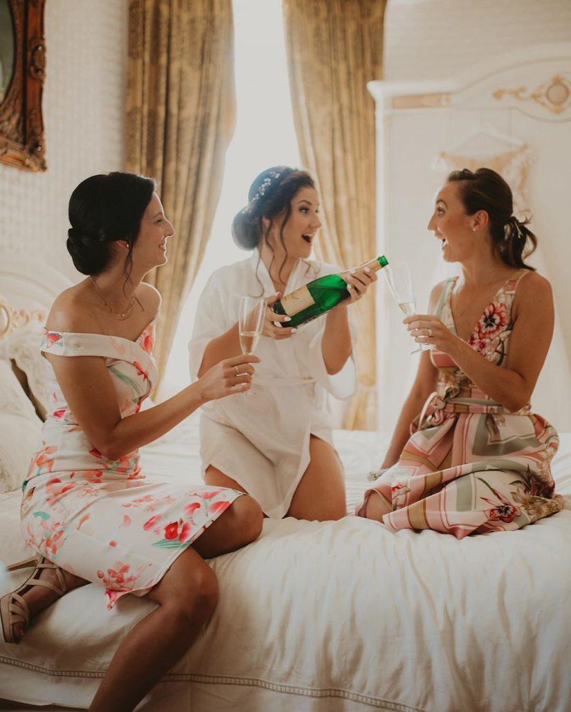 Nevesta a družičky si užívajú prípravy na svadbu.