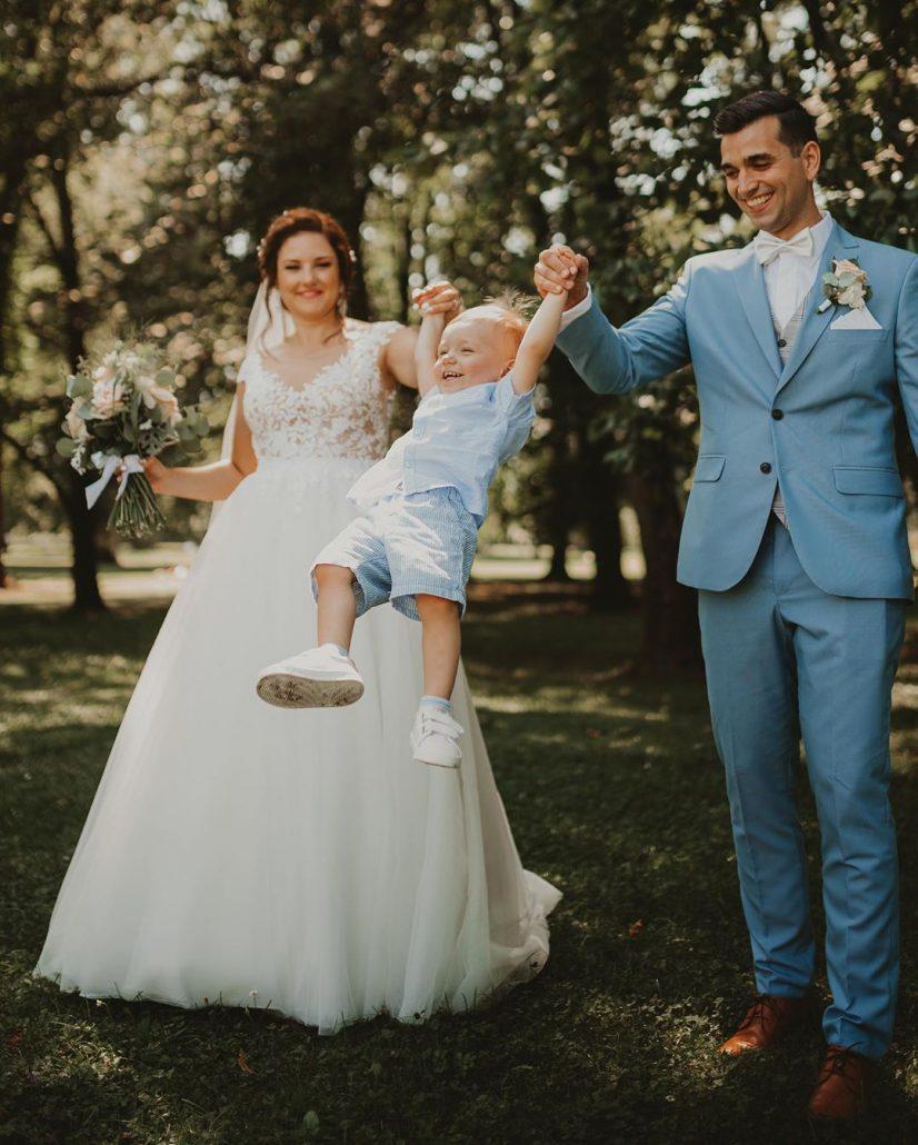 Novomanželia so svojím synom na svadobnom fotení.