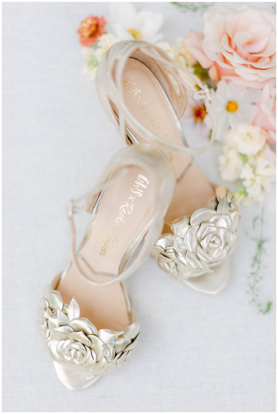 Svadobné topánky nadekorované krásnymi pastelovými kvetmi, fotograf Gabriela Jarkovská.