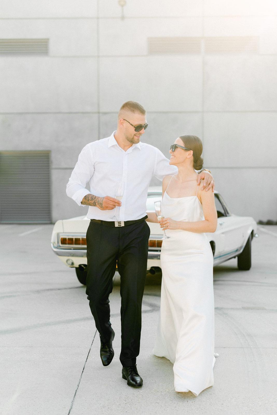ŠTýlový novomanželia pri aute, exteriér, fotograf Gabriela Jarkovská.