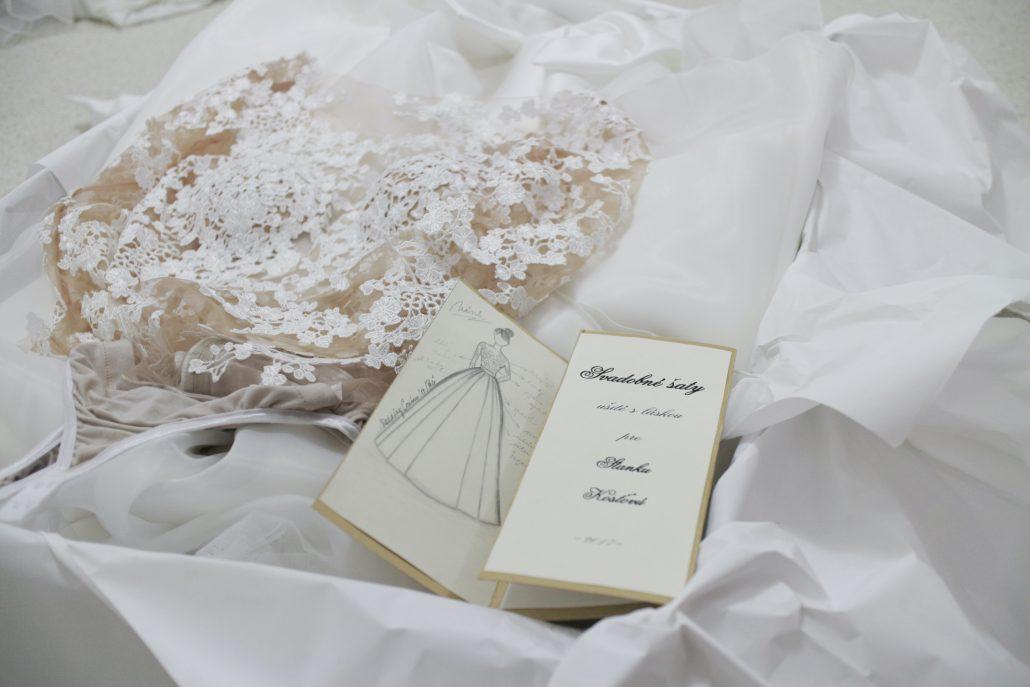 Skica svadobných šiat aj s kúskom látky.