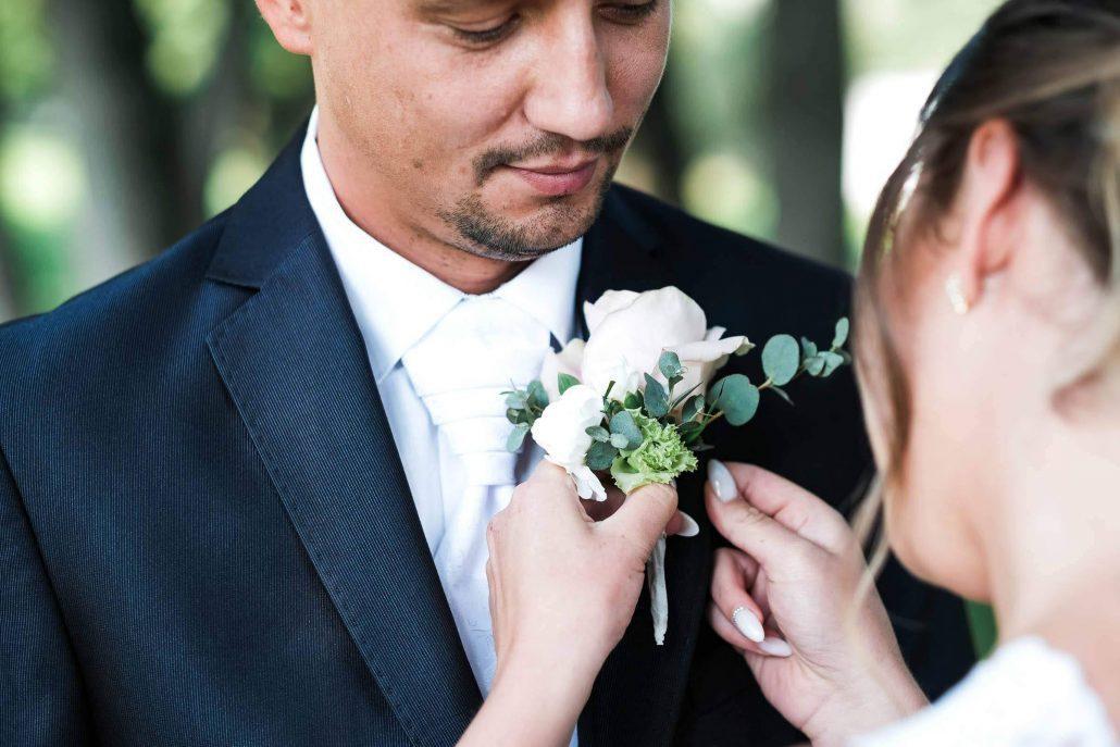 Mladomanželia so svadobným pierkom