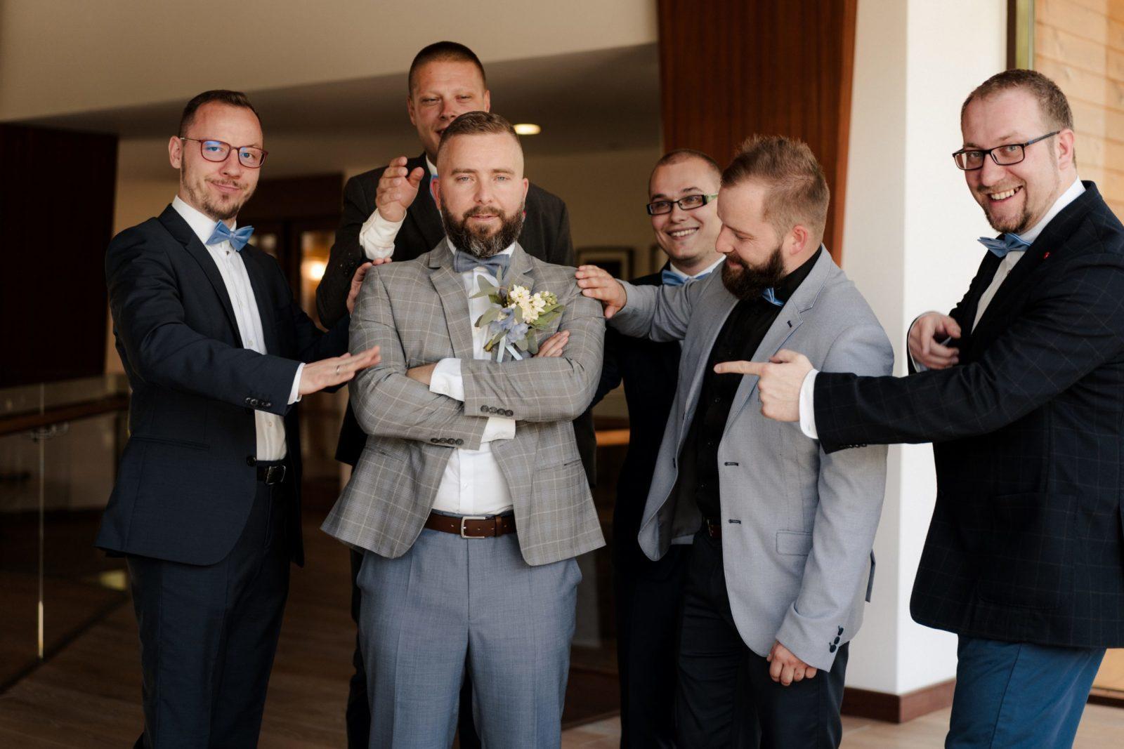 Ženích a družba v oblekoch na mieru
