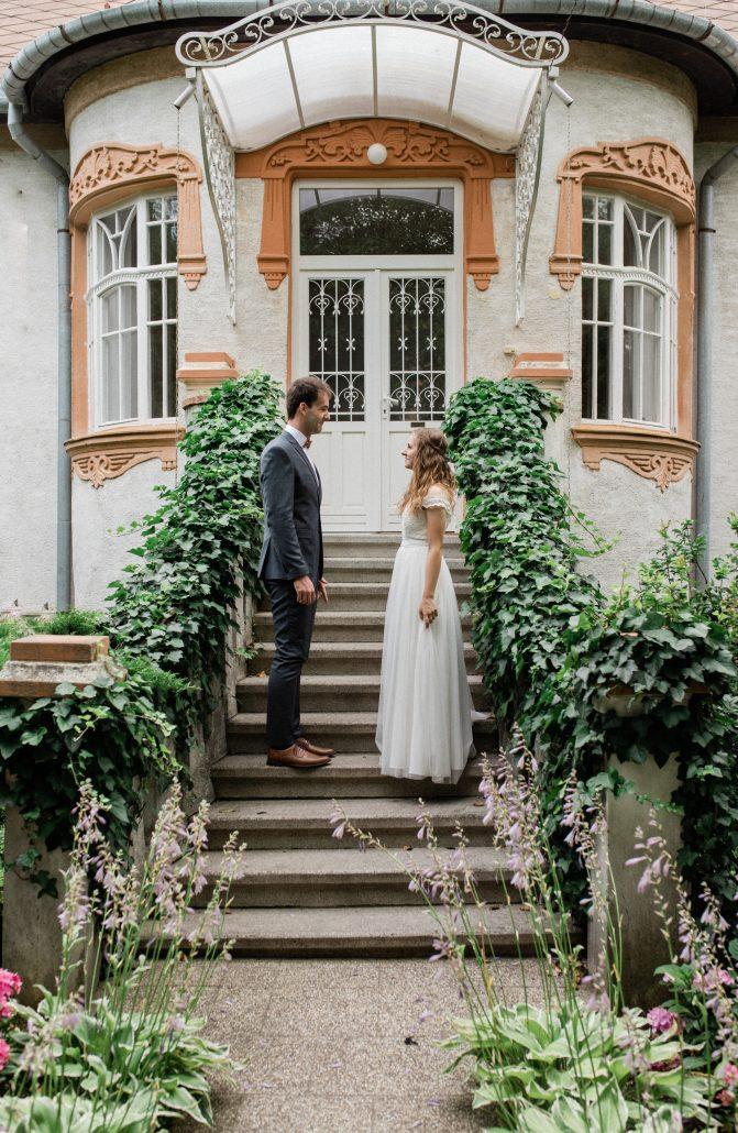 Fotografia od POKY media novomanželov na schodoch.