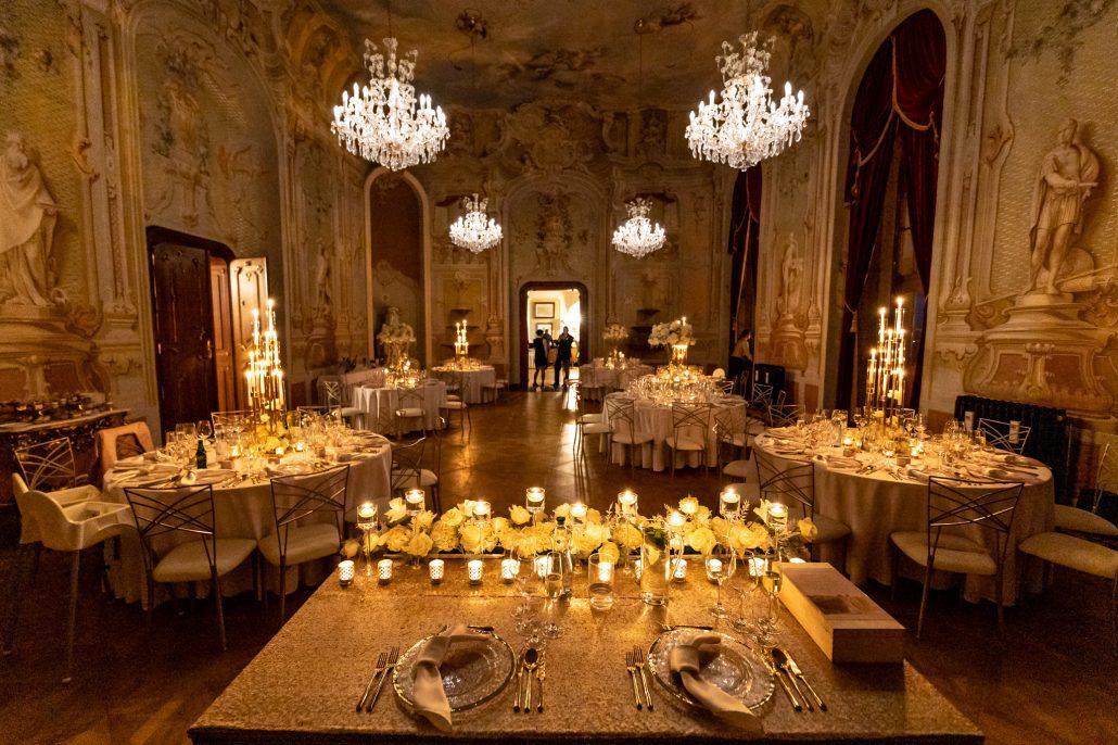 Kráľovská svadobná výzdoba hlavného stola pre dve osoby od svadobnej agentúry Eventia.