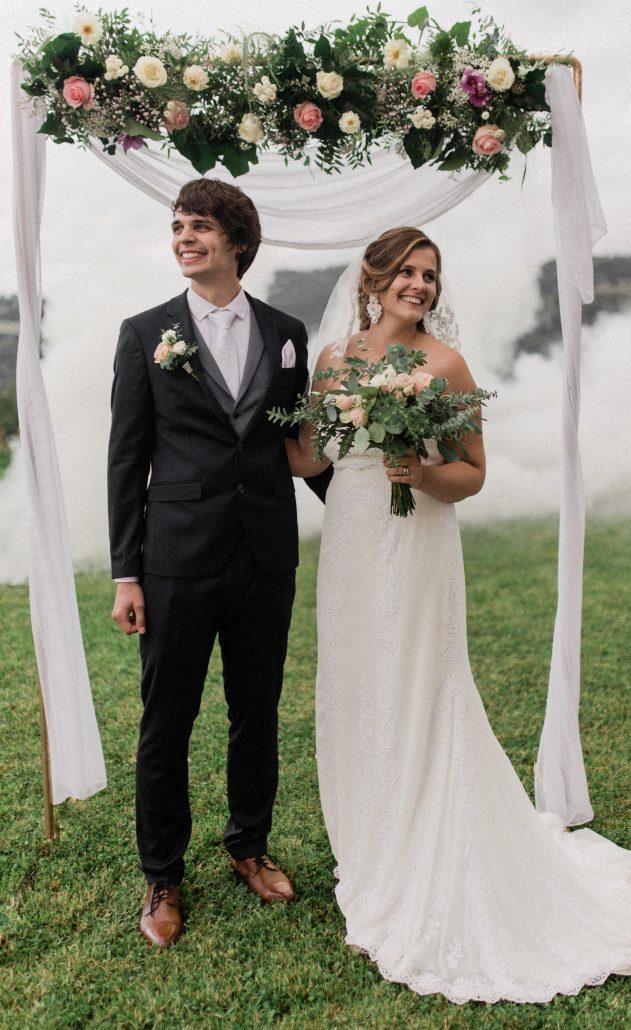 Novomanželia fotení pri ozdobnej slavobráne, fotení POKY media.