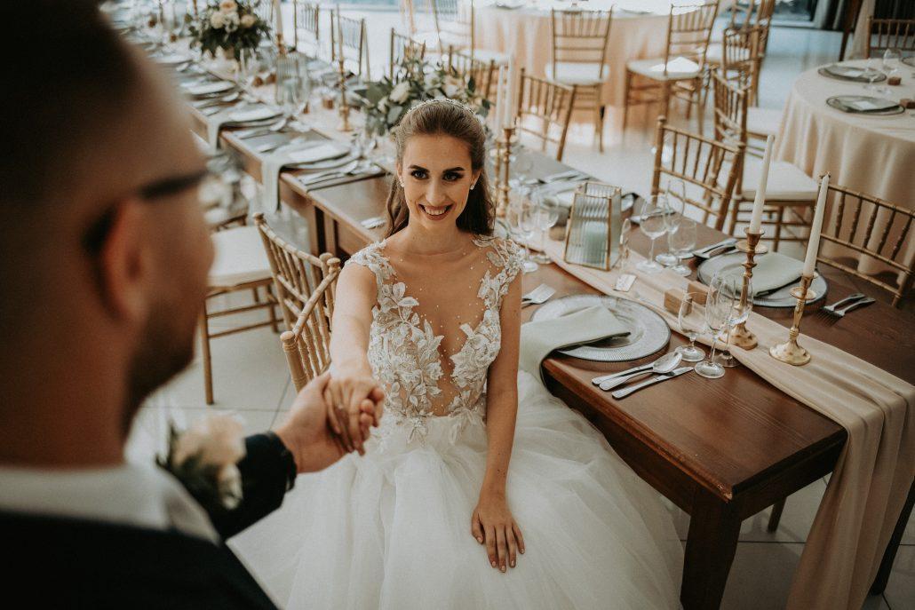 Novomaželia pri svadobnej výzdobe od svadobnej agentúry Eventia.