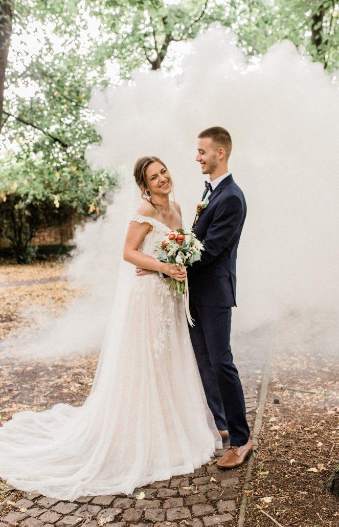 Spokojní novomanželia fotení okom od POKY media.
