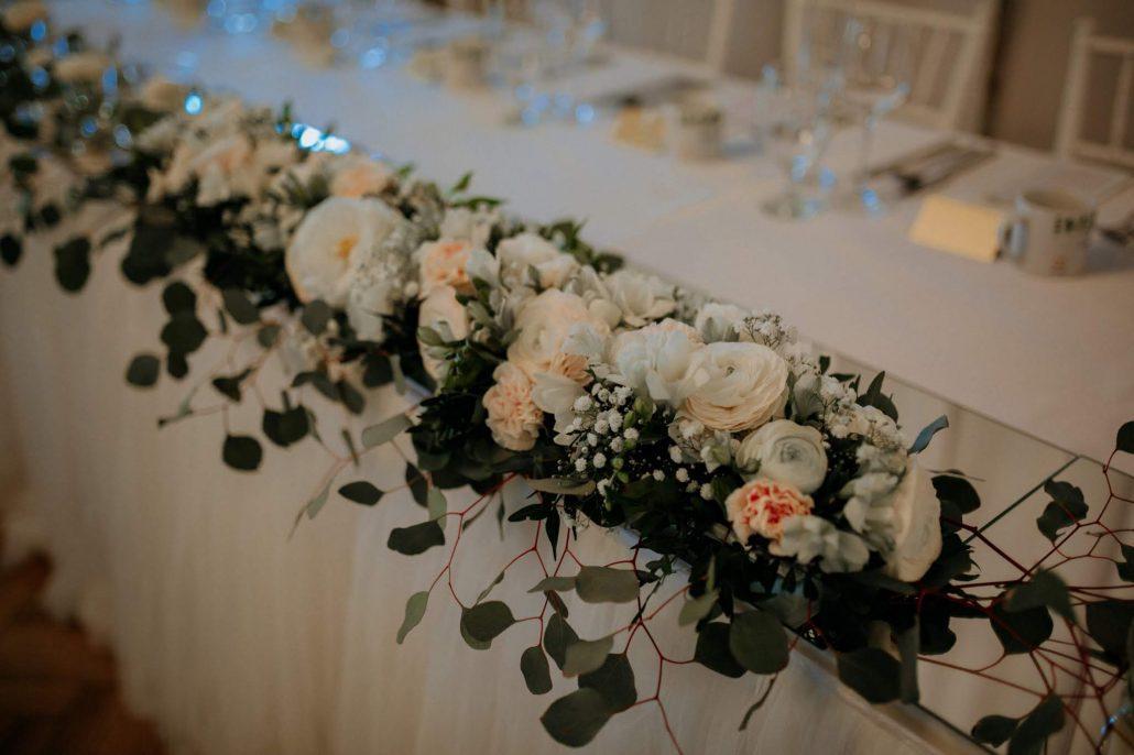 Kvetinový svadobný aranžmán na hlavnom stole novomaželov.
