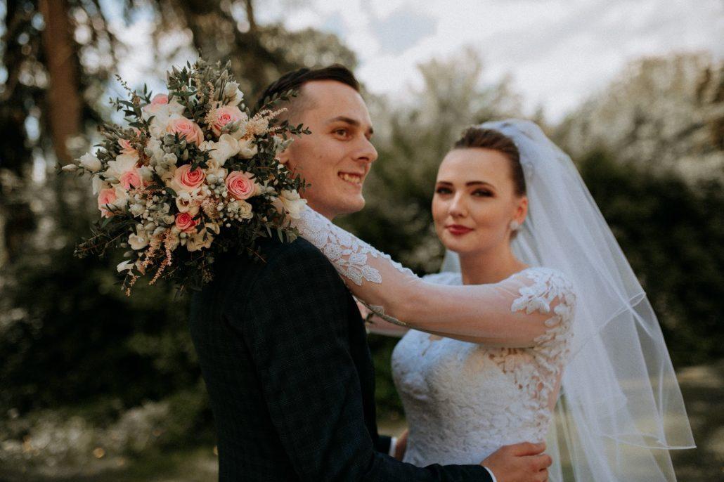 Šťastní novomanželia so svadobnou kyticou od Special Bridesmaids.