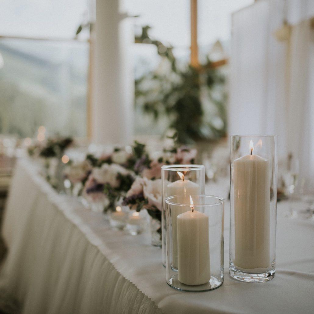 Svadobný výzdoba od Special Bridesmaids, v zábere horiace sviečky.