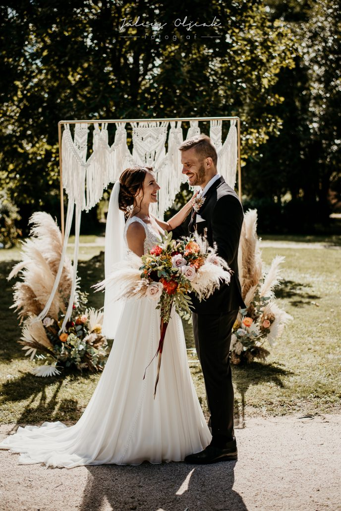 Štašní novomanželia s výzdobou v Boho štýle s pampas grass.