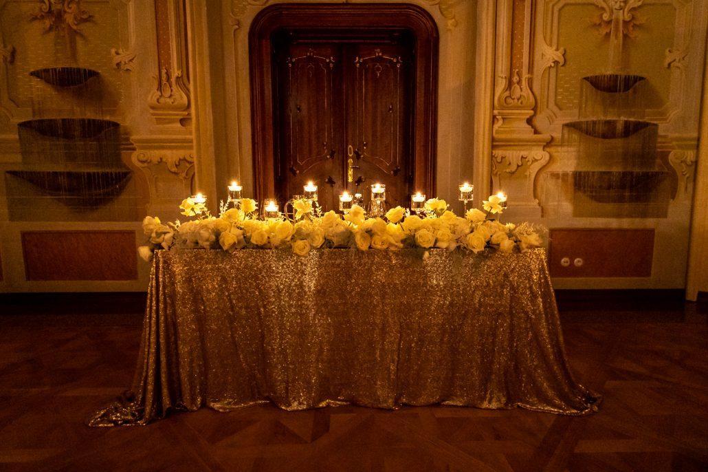 Hlavný svadobný stôl pre novomaželov.