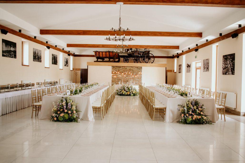 Kombinácia podlhovastých stolov a hlavného okrúhleho stola novomanželov. Svadobná výzdoba od Eventia.