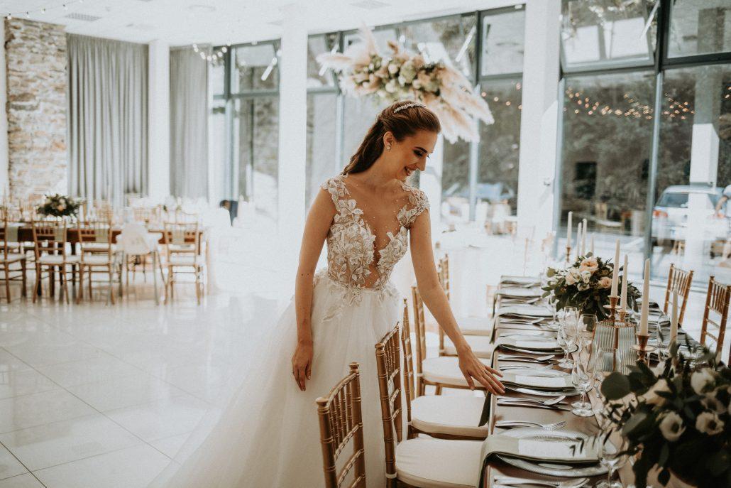 Spokojná nevesta prezerajúca si svadobnú výzdobu od Eventia.