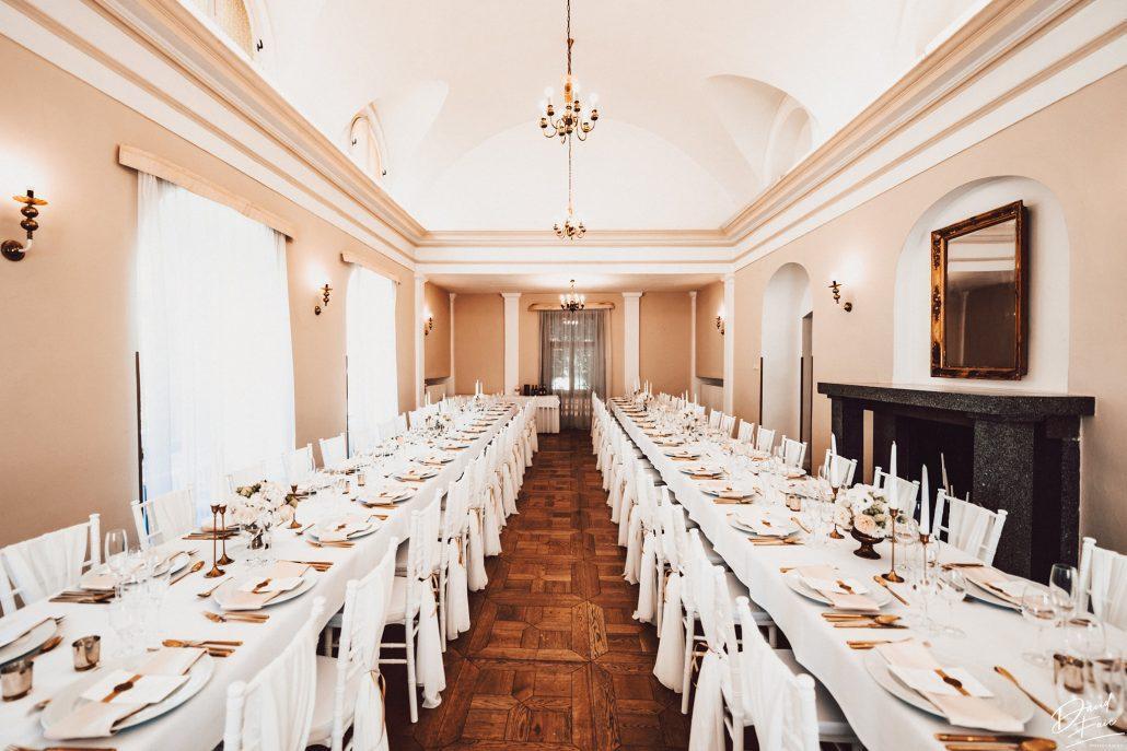 Záber na kráľovskú výzdobu svadobnej hostiny.