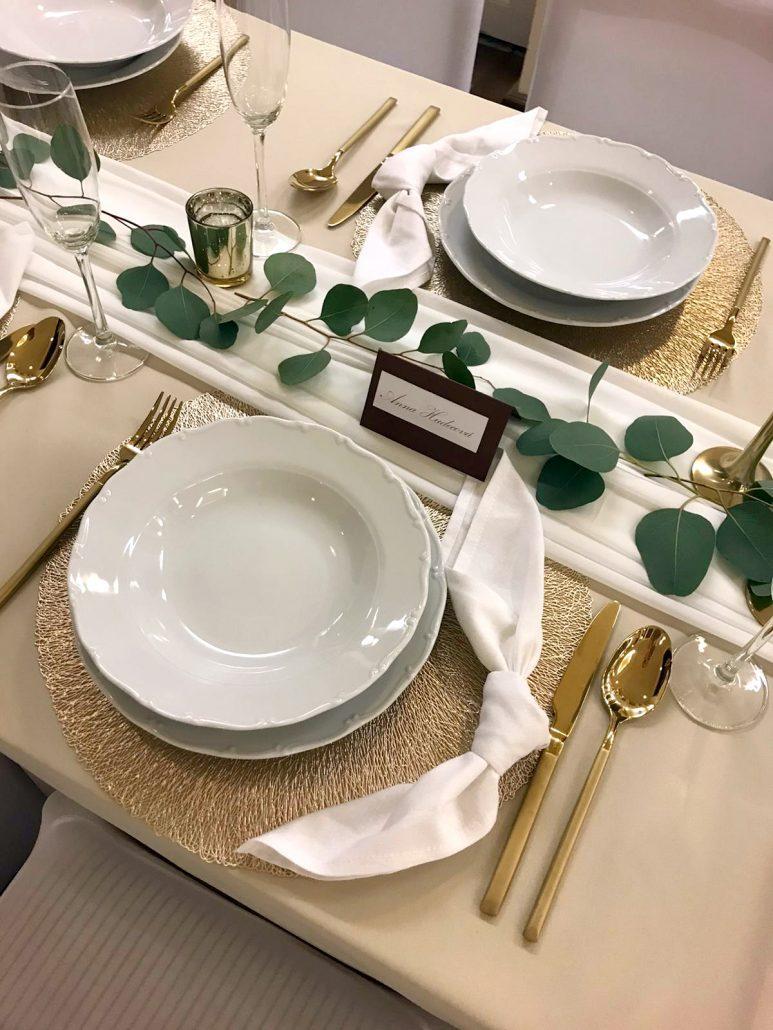 Detail na svadobný stôl vyzdobený v Boho štýle, zlaté doplnky a jemný runner zo zelene eucaliptus.