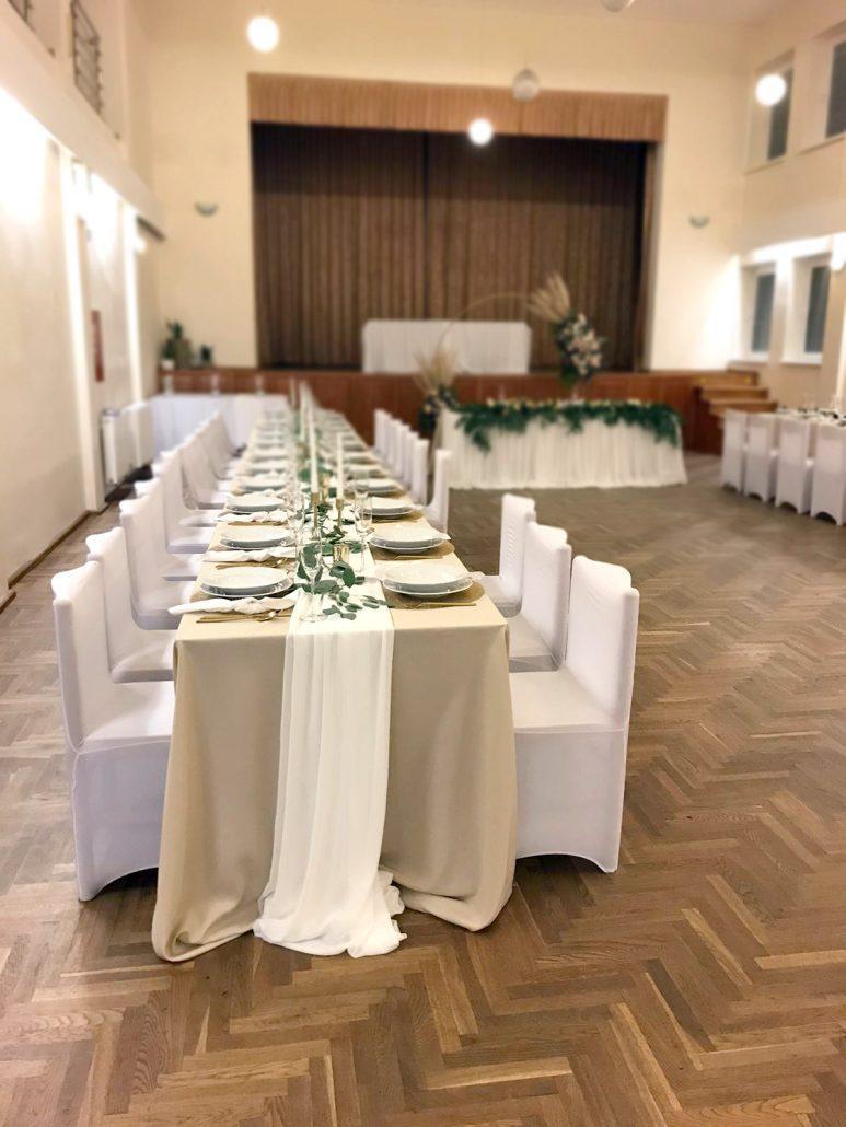 Svadobná sála vyzdobená v Boho štýle od svadobnej agentúry Endless, jemné krémové farby obrusov, šifón potiahnutý stredom stola.