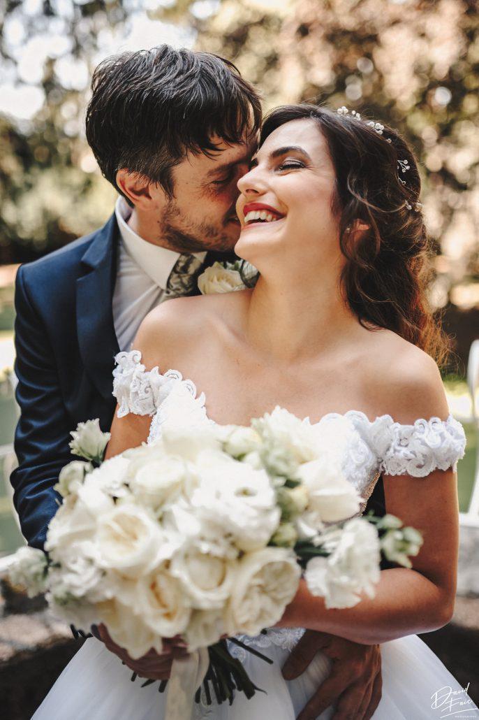 Šťastní novomanželia s bielou svadobnou kyticou od svadobnej agentúry Endless.