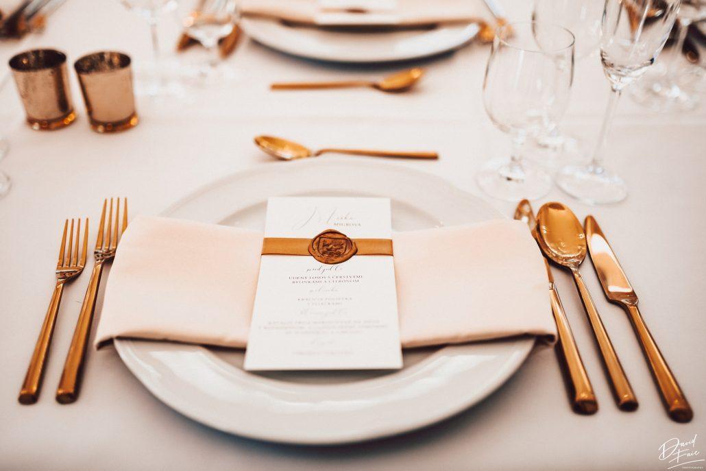 Detail na nádhernú realizáciu svadobného prestierania so zlatými doplnkami od svadobnej agentúry Endless.