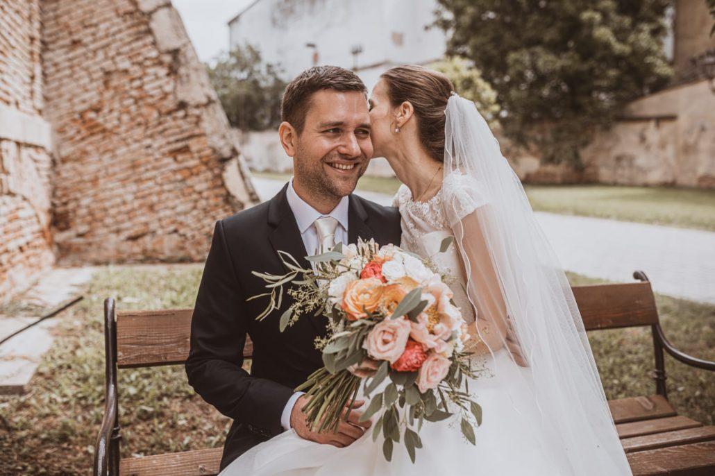 Novomanželia s farebnou svadobnou kyticou do svadobnej agentúry Endless.