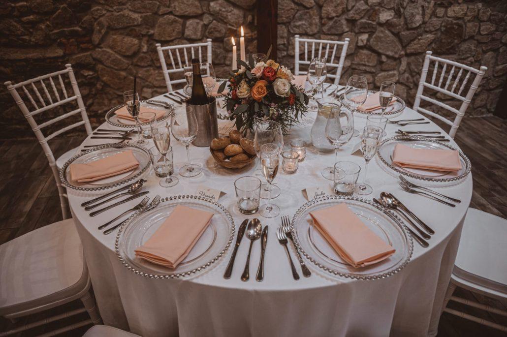 Svadobná výzdoba okrúhleho stola s chiavari stoličkami.