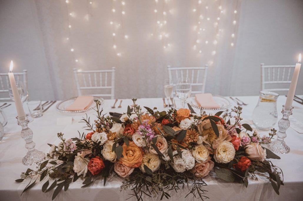 Detail na farebný kvetinový aranžmán hlavného stola.