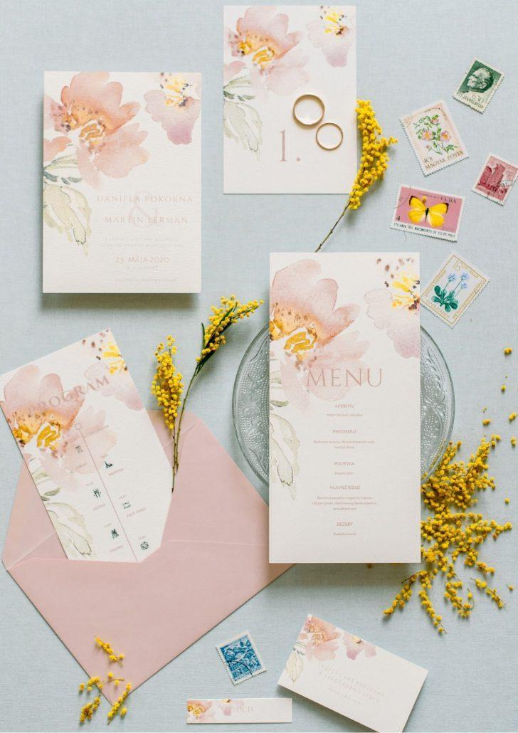 Ružovo-biele svadobné oznámenia v minimalistickom prevedení.