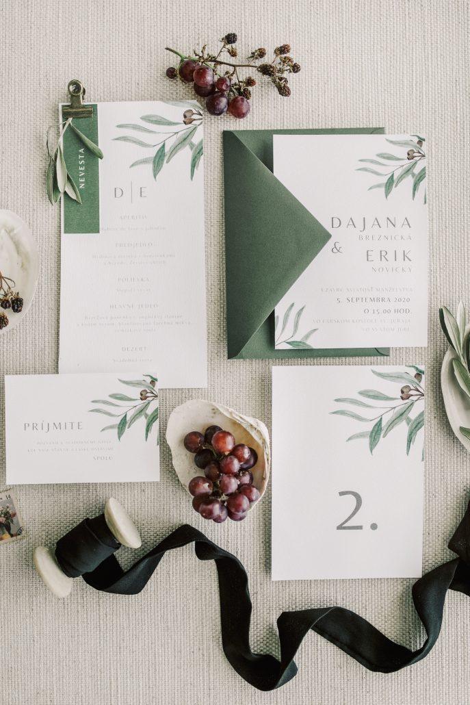 Bielo zelená kombinácia svadobných oznámení.