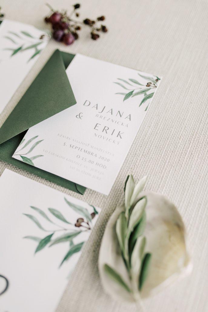 Detail na bielo-zelené svadobné oznámenia.
