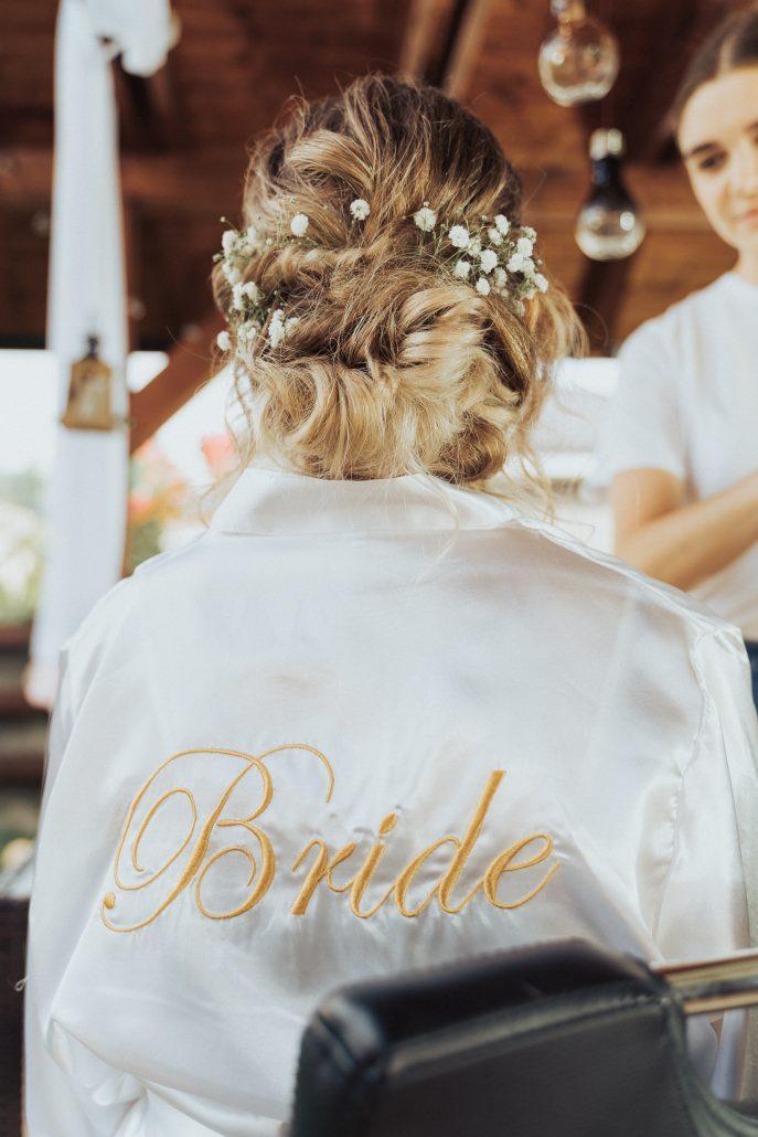 Detail na nevesty v župane s nápisom BRIDE.