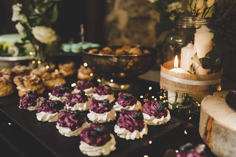 mini pavlovky v svadobnom candy bare