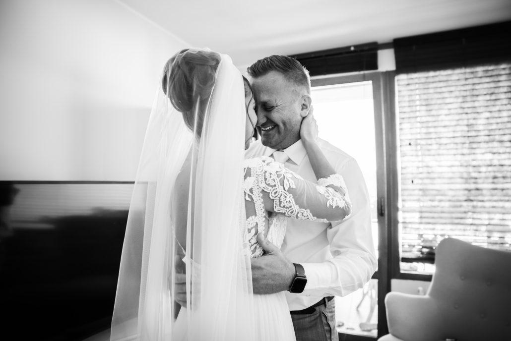 Objatie novomanželov po prvom pohľade.