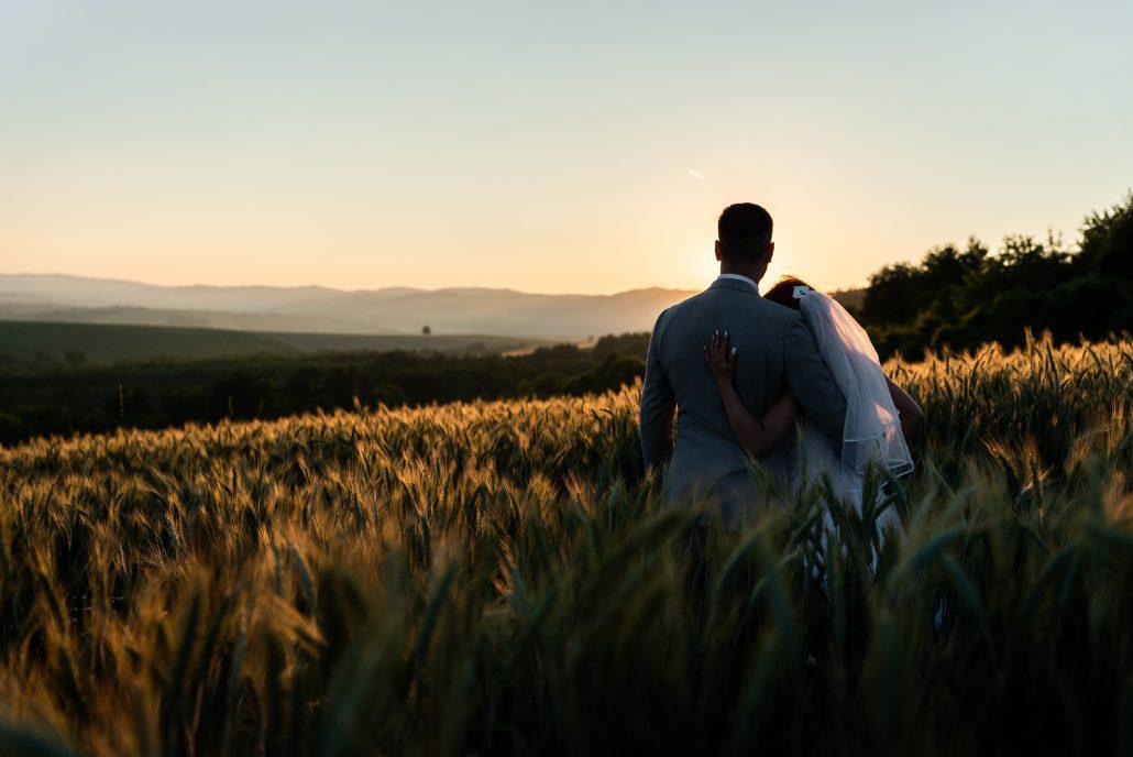 Novomanželia si vychutnávajú západ slnka - fotograf Michal Wagner.