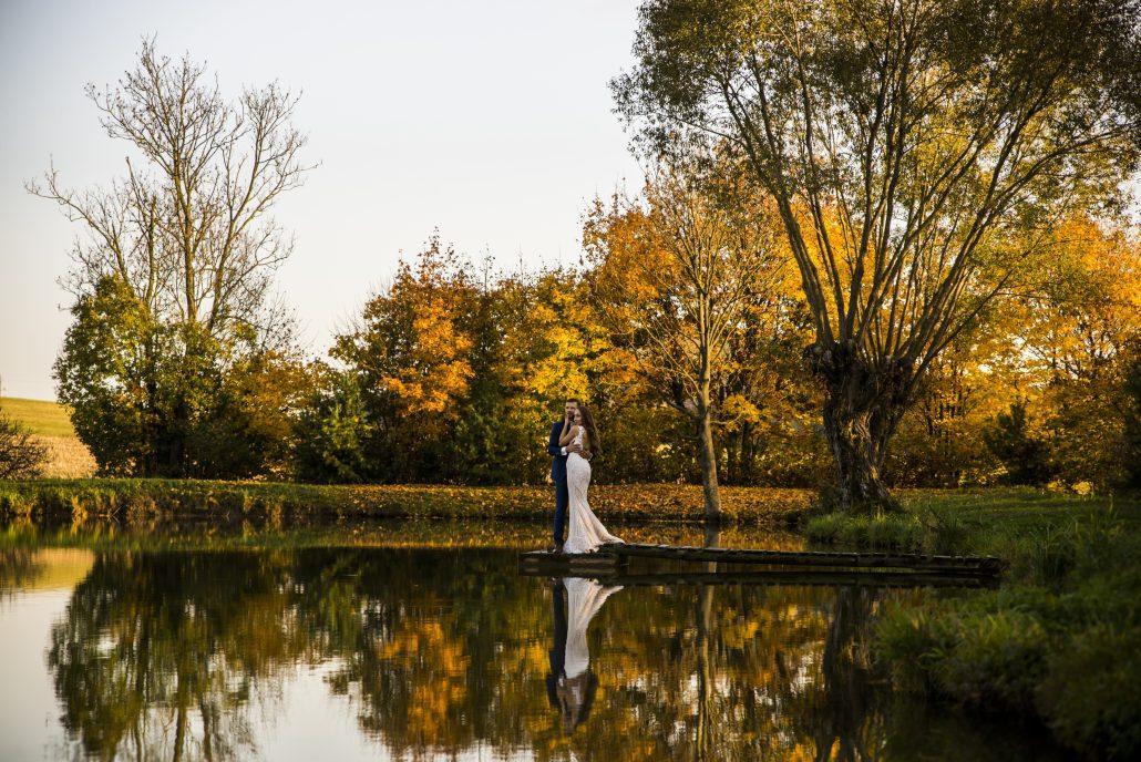 Novomanželia pri jazere očami Michal Wagner.