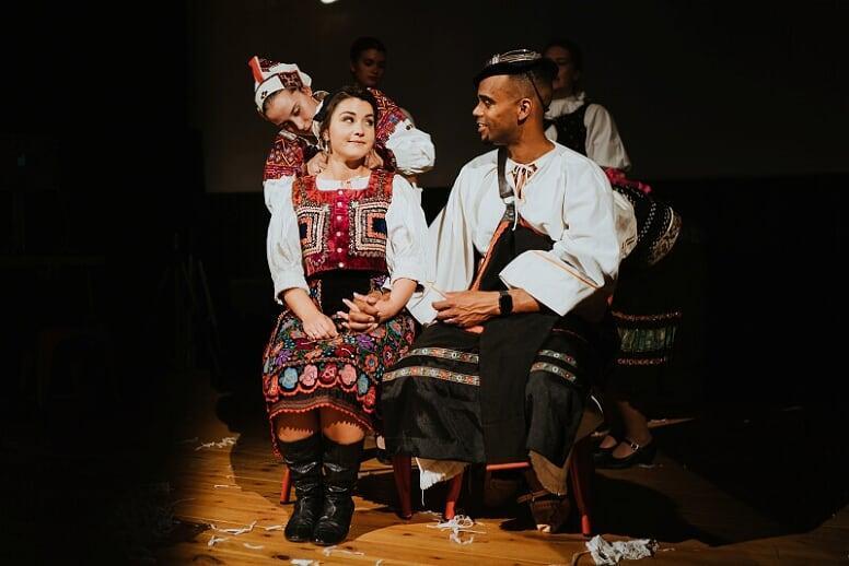 Zahraničná svadba, čepčenie novomanželov folklórnym súborom Z dievky žena. svadobné zvyky