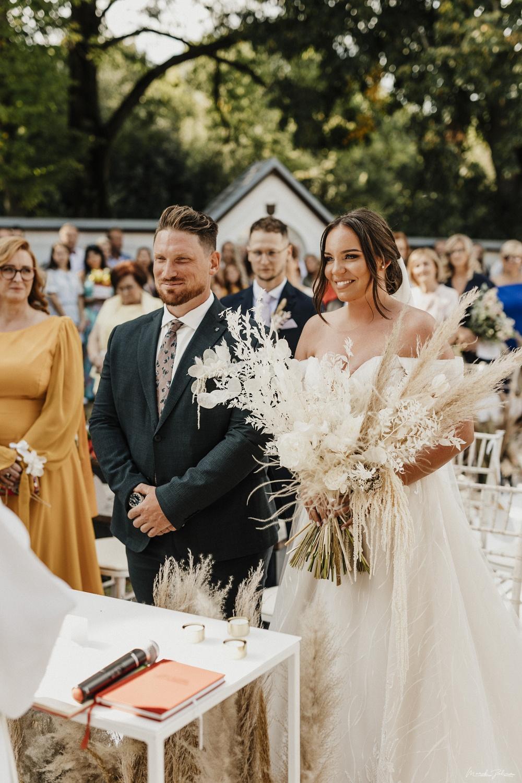 svadobná výzdoba na obrade so snúbencami
