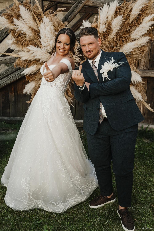 svadobný fotokútik s novomanželmi