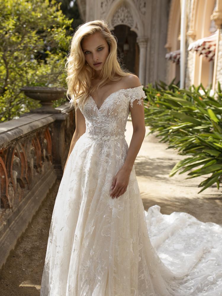 Kolekcia na rok 2021, model KATERINE, krásny ivory čipkové svadobné šaty.