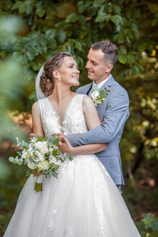 Exteriérová fotografia novomanželov, nevesta má svadobný šaty, ktoré hviezdili v roku 2020!