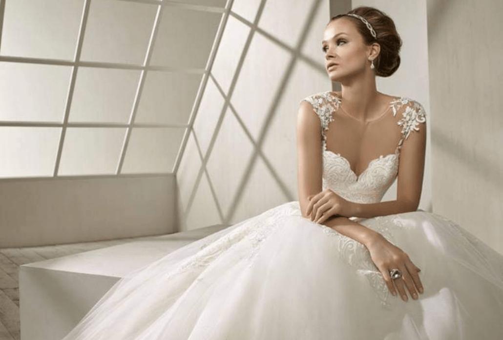 Ateliérová fotografia nevesty v krásny bielych svadobných šatách zo salónu Svadobný salón Vivien.