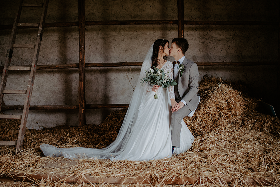 fotografia zo svadby v retro stodole na sene svadba