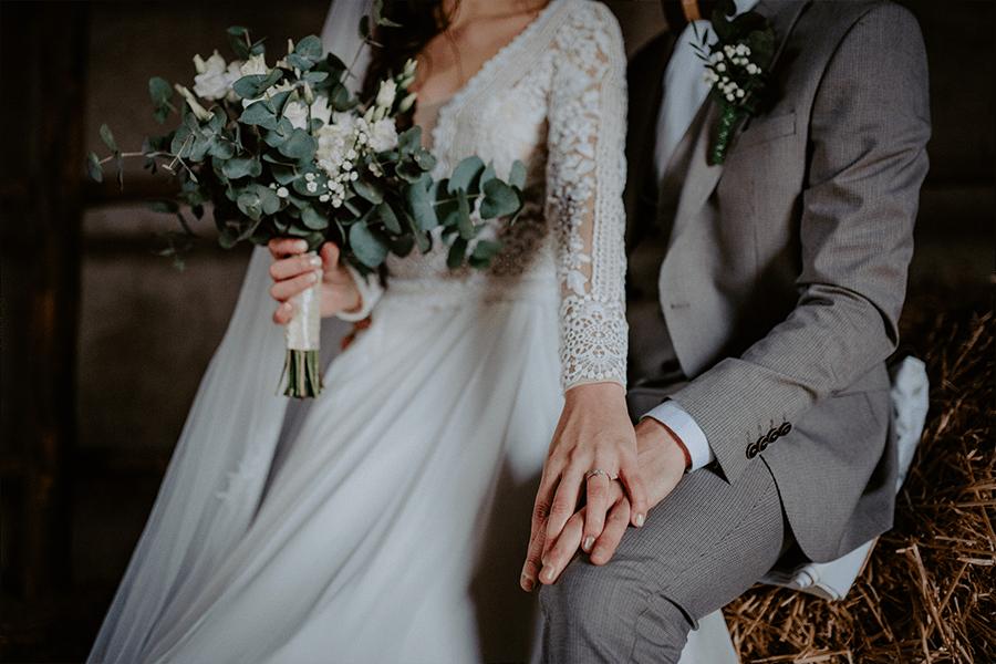 fotografia zo svadby v stodole detail na zásnubný prsteň