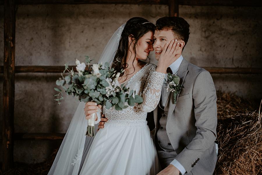 Svadobné fotografie v retro stodole na sene