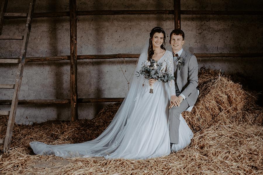 fotografia zo svadby v stodole na sene